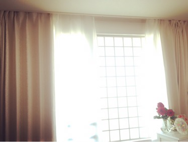 リラックス効果が高いカーテンの色は?